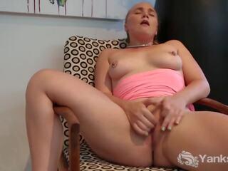 Russer genießt leidenschaftlichen Sex mit Helena Kim und spritzt in sie ab